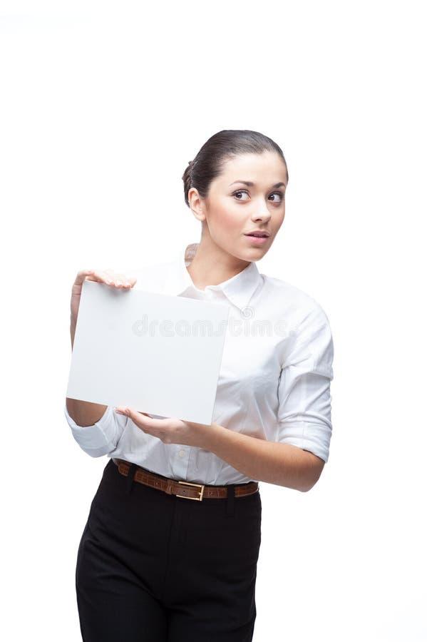 Geschäftsfrau mit leerer Werbungsfahne auf Weiß lizenzfreie stockbilder