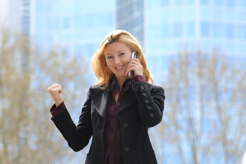 Geschäftsfrau mit Mobile lizenzfreie stockfotos