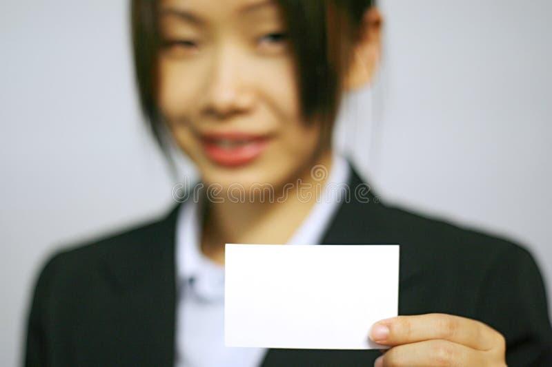 Geschäftsfrau mit Namenskarte stockfoto