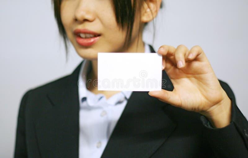 Geschäftsfrau mit Namenskarte stockbilder