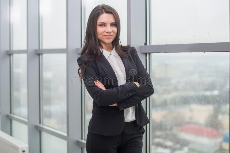 Geschäftsfrau mit Notizbuch im Büro, Arbeitsplatz lizenzfreies stockbild