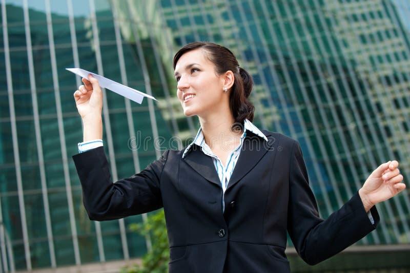 Geschäftsfrau mit Papierflugzeug lizenzfreie stockfotos