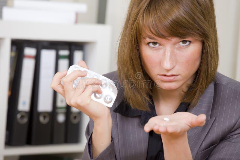 Geschäftsfrau mit Pillen lizenzfreie stockfotos