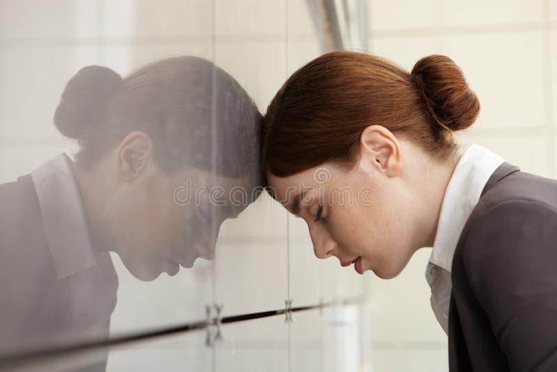 Geschäftsfrau mit psychischer Belastung. Ermüdung. stockfoto