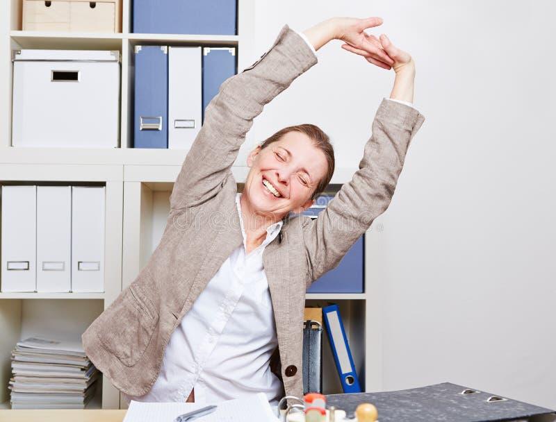 Geschäftsfrau mit Rückenschmerzen stockbild