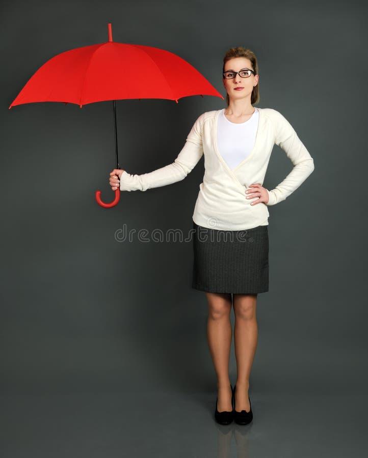 Geschäftsfrau mit rotem Regenschirm stockfotos