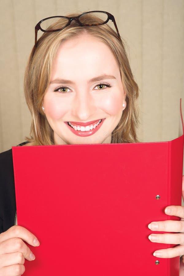 Geschäftsfrau mit roter Datei lizenzfreies stockfoto