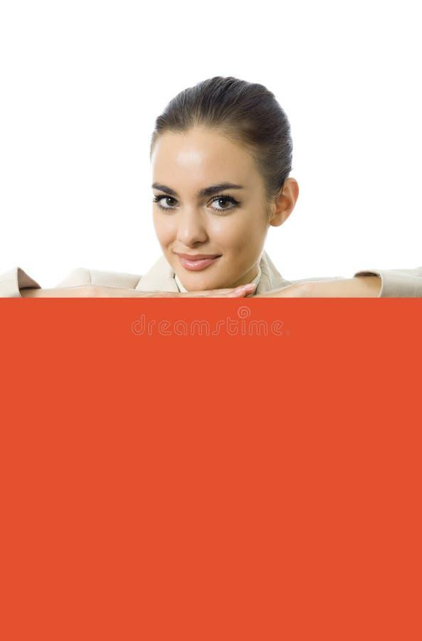 Geschäftsfrau mit Schild lizenzfreies stockbild