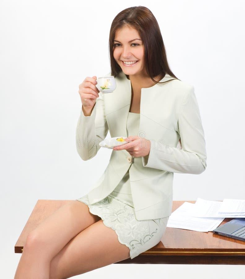 Geschäftsfrau mit Schutzkappe des Kaffees stockbild