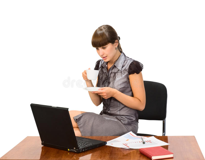 Geschäftsfrau mit Schutzkappe des Kaffees und des Laptops lizenzfreie stockfotografie