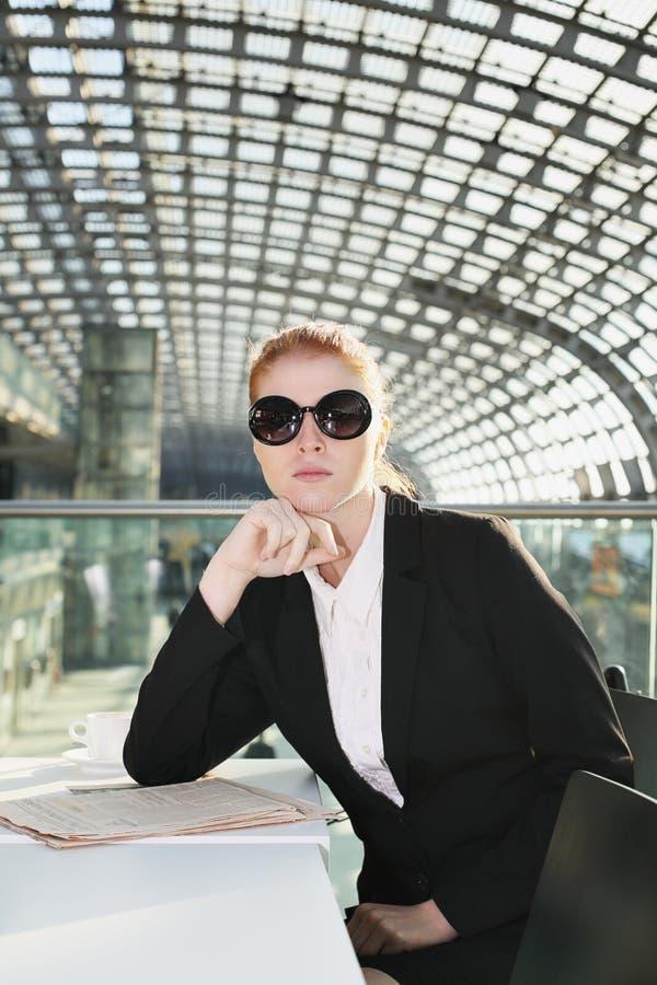 Geschäftsfrau mit Sonnenbrille stockbilder