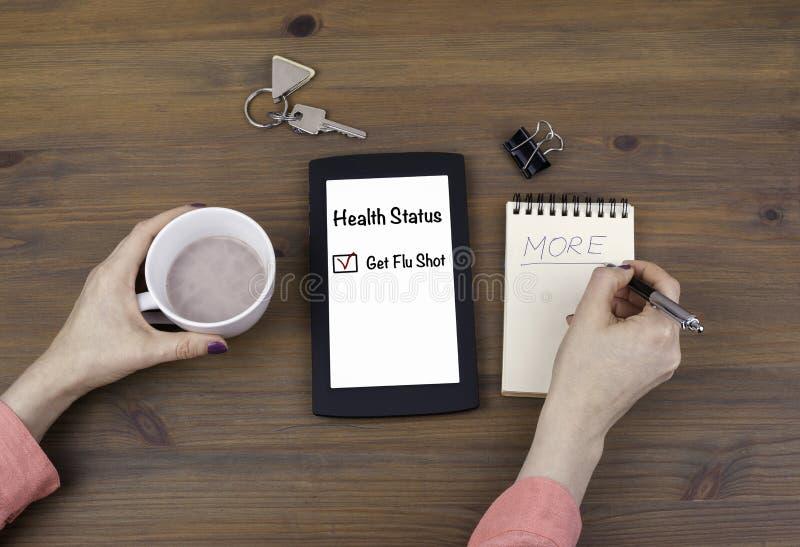 Geschäftsfrau mit Tablet-Computer im Büro Erhalten Sie Grippeimpfung lizenzfreies stockfoto