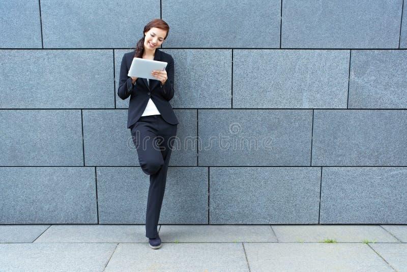 Geschäftsfrau mit Tablette PC stockfotografie