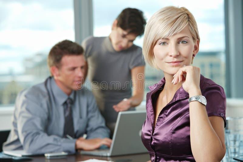 Geschäftsfrau mit Team stockfotos