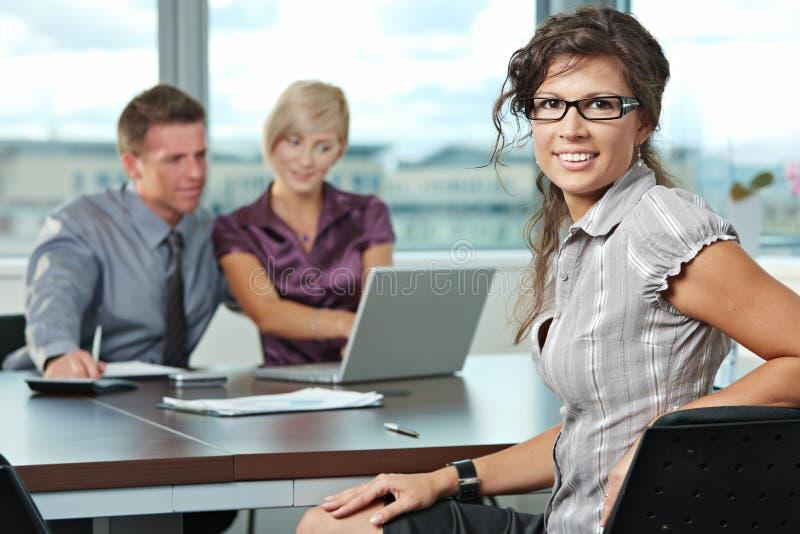 Geschäftsfrau mit Team lizenzfreies stockbild