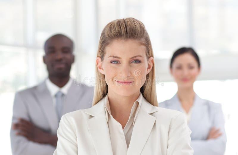 Download Geschäftsfrau mit Team stockbild. Bild von ethnisch, frau - 9098615