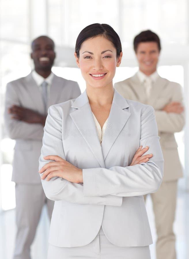 Download Geschäftsfrau Mit Team Im Hintergrund Stockbild - Bild von leiter, geschäftsfrauen: 9098409