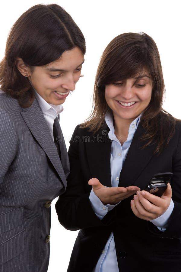 Geschäftsfrau mit Teampartner mit Handy lizenzfreie stockfotografie