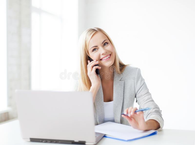 Geschäftsfrau mit Telefon lizenzfreies stockbild