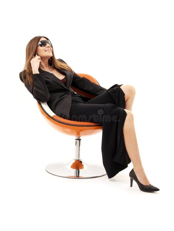 Geschäftsfrau mit Telefon innen oder lizenzfreie stockfotos