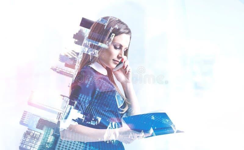 Geschäftsfrau mit Telefon und Planer, Stadt stockfotografie