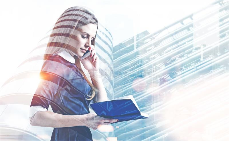 Geschäftsfrau mit Telefon und Planer, Wolkenkratzer lizenzfreie stockfotos
