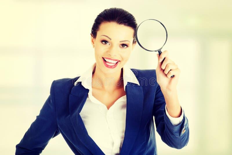 Geschäftsfrau mit Vergrößerungsglasglas lizenzfreie stockbilder