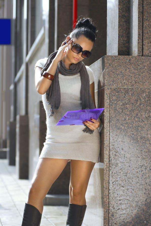 Geschäftsfrau nahe einem Geschäftsgebäude lizenzfreie stockfotografie