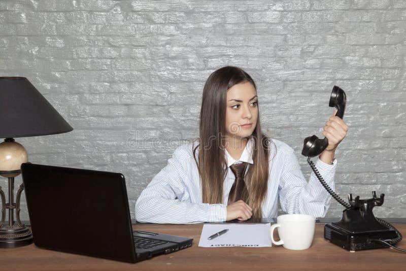 Geschäftsfrau nicht glaubt, was sie auf hört lizenzfreies stockfoto