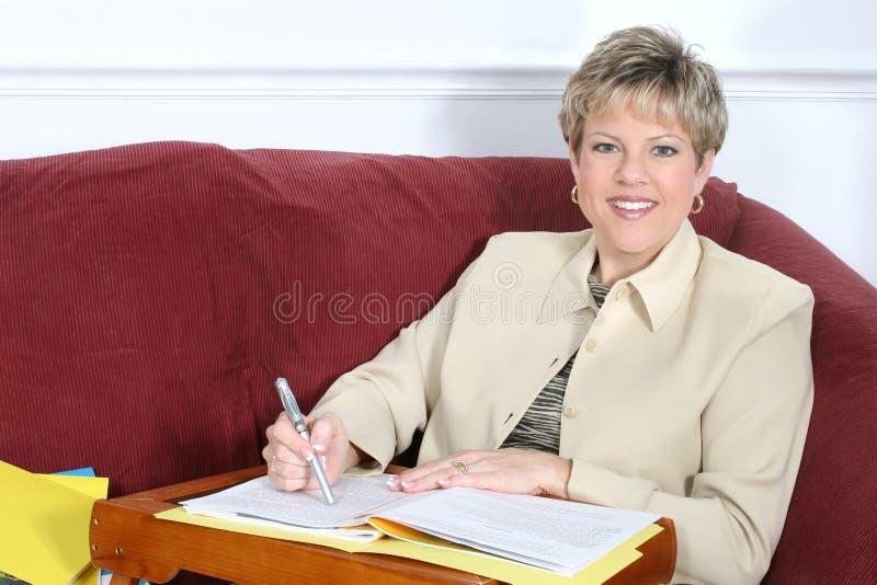 Geschäftsfrau oder Lehrer, die zu Hause an Couch arbeiten lizenzfreies stockfoto