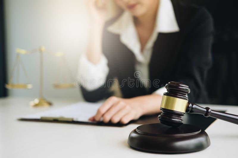 Geschäftsfrau oder Rechtsanwälte, die Vertragspapiere mit Messingskala auf hölzernem Schreibtisch im Büro besprechen Gesetz, Rech stockbilder
