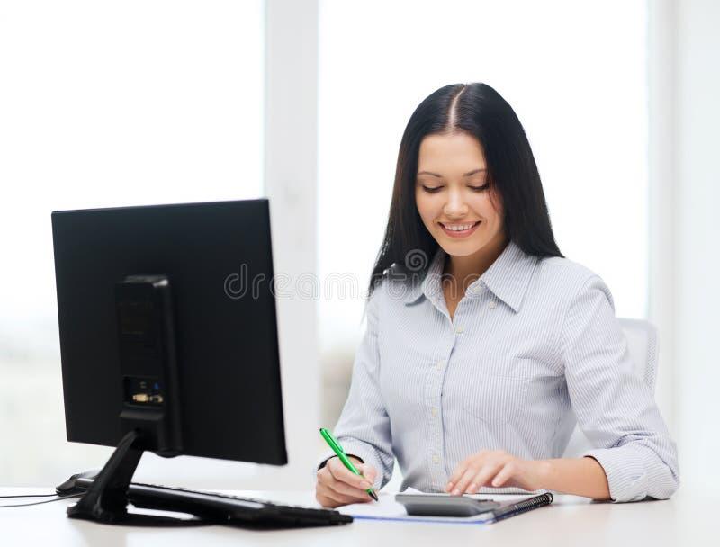 Geschäftsfrau oder Student, die mit Taschenrechner arbeiten stockfotografie