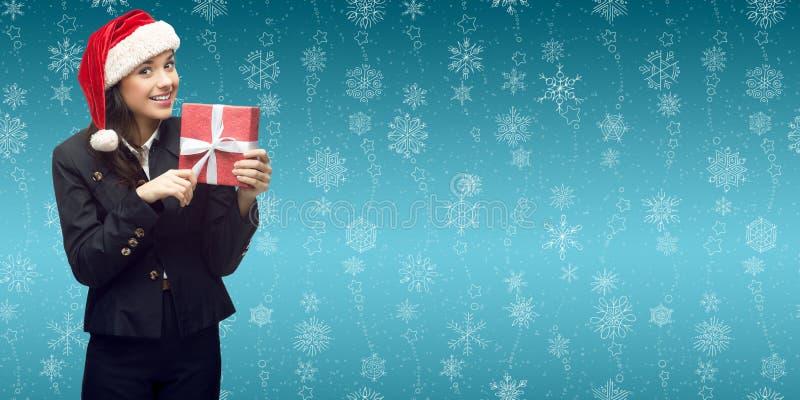 Geschäftsfrau in Sankt-Hut, der Geschenk hält stockfotos