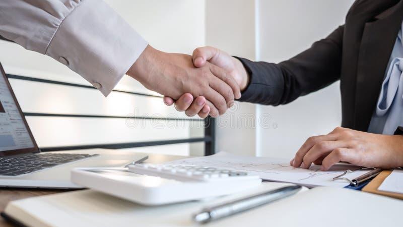 Geschäftsfrau schüttelt die Hände nach dem Gespräch, Abschluss einer Zusammenarbeit über die Zusammenarbeit der Partner bei Inves stockfoto