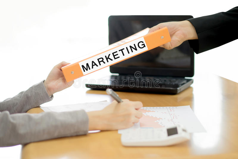 Geschäftsfrau schickt dem Geschäftsmann das Marketing-Dokument stockfotografie