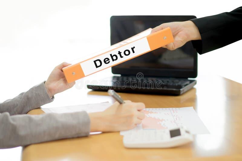 Geschäftsfrau schickt dem Geschäftsmann das Schuldnerdokument stockfoto