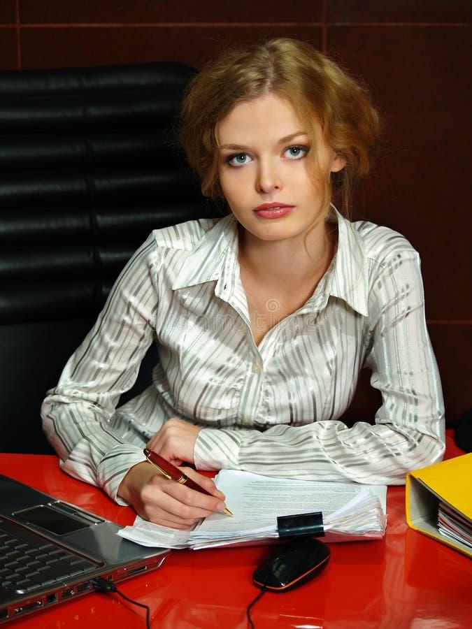 Geschäftsfrau sitzt auf einem Arbeitsplatz stockfoto