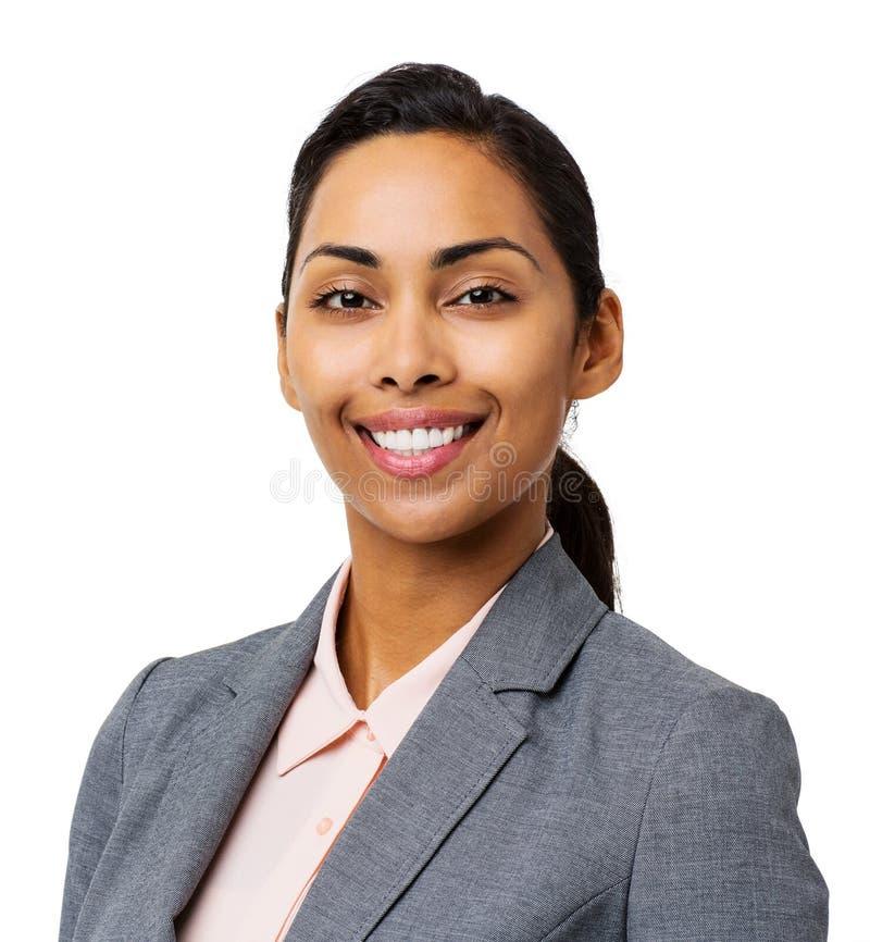 Geschäftsfrau-Smiling Against White-Hintergrund lizenzfreie stockfotos