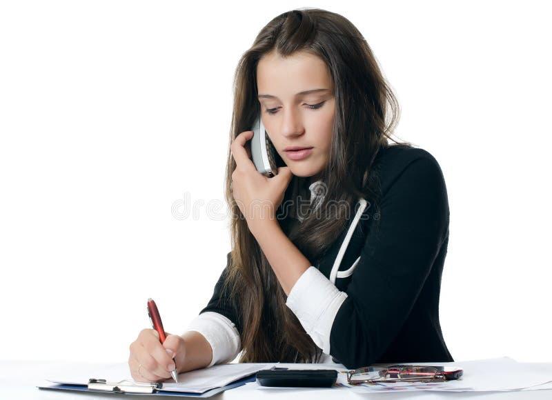 Geschäftsfrau spricht am Telefon lizenzfreie stockfotos