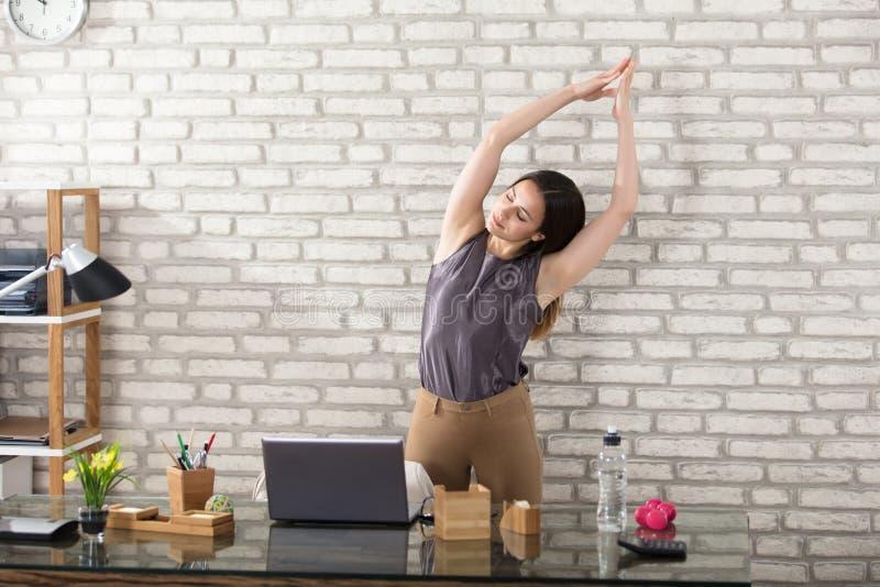 Geschäftsfrau Stretching lizenzfreie stockfotos