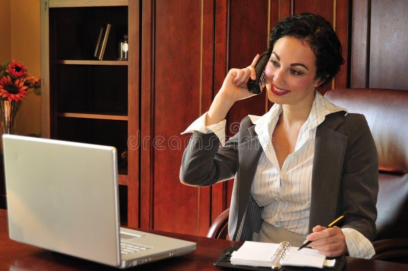 Geschäftsfrau am Telefon lizenzfreies stockfoto