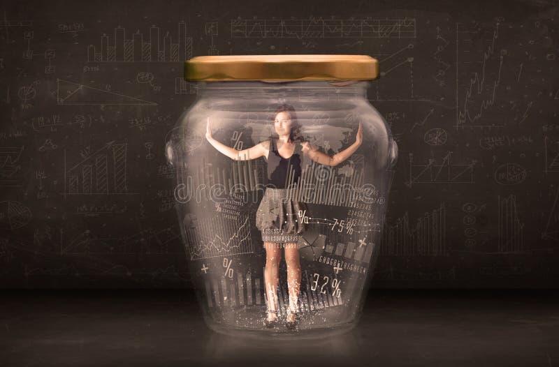 Geschäftsfrau traped im Glas mit Diagrammdiagramm-Symbolkonzept stockfotos