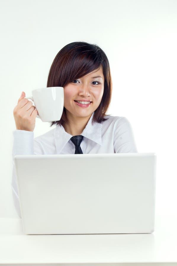 Geschäftsfrau trinken einen Kaffee lizenzfreie stockfotografie