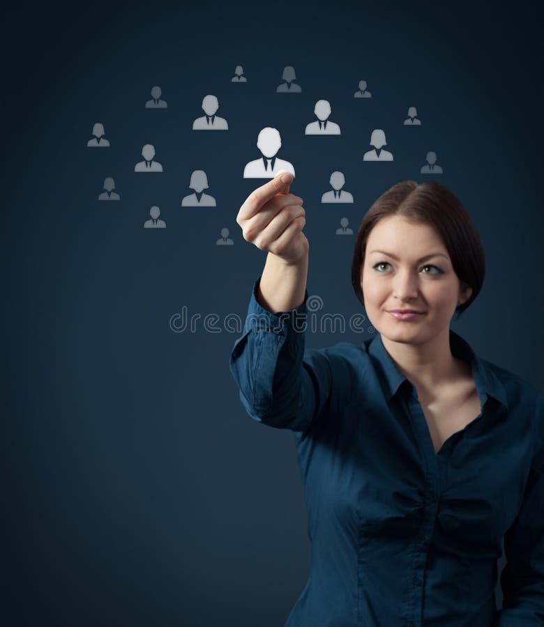 Geschäftsfrau und eine große Gruppe Geschäftsleute stockfotografie