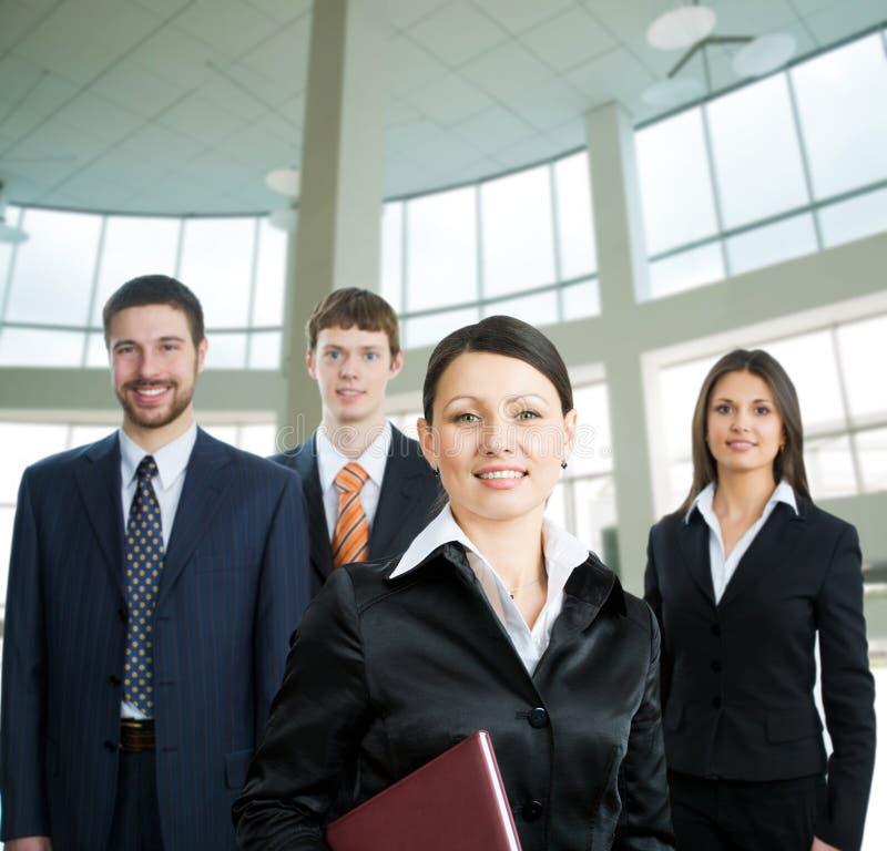 Geschäftsfrau und ihr Team lizenzfreie stockfotografie