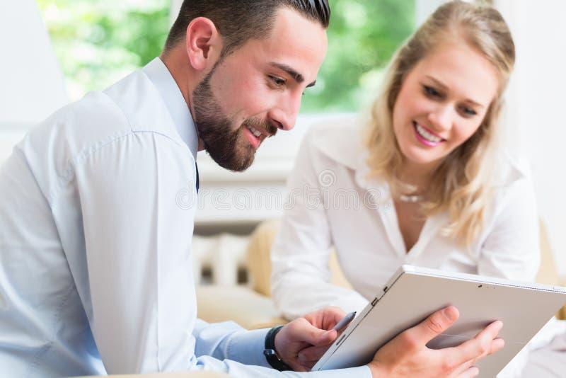 Geschäftsfrau und Mann in der Arbeitssitzung lizenzfreie stockbilder
