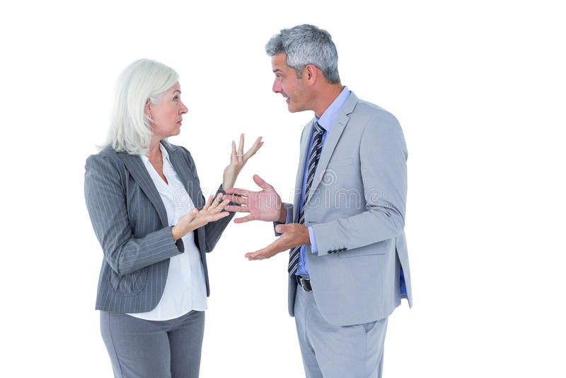 Geschäftsfrau verärgert gegen ihre Kollegeargumentierung stockbild