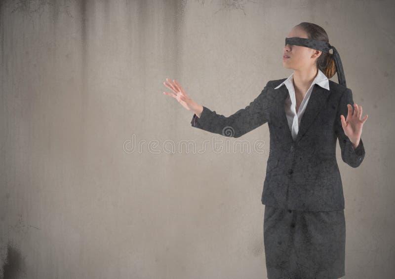 Geschäftsfrau verband mit dem Schmutz die Augen, der gegen braunen Hintergrund überlagert wurde stockfotografie
