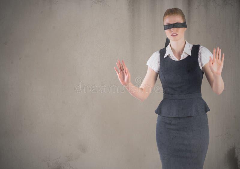 Geschäftsfrau verband mit dem Schmutz die Augen, der gegen braunen Hintergrund überlagert wurde stockfotos