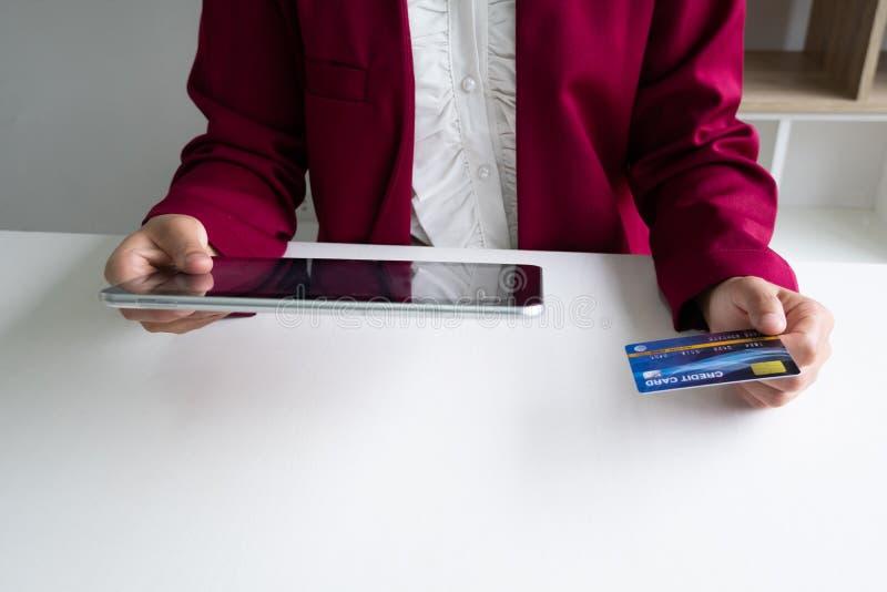 Geschäftsfrau-Verbraucherholdingkreditkarte und -tablette für das on-line-Einkaufen und Zahlung schließen einen Kauf im Internet  stockfoto